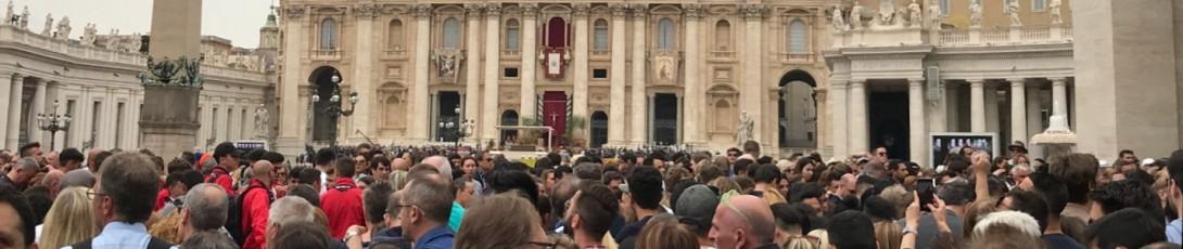 Paavi pyörillä ja parvekkeella